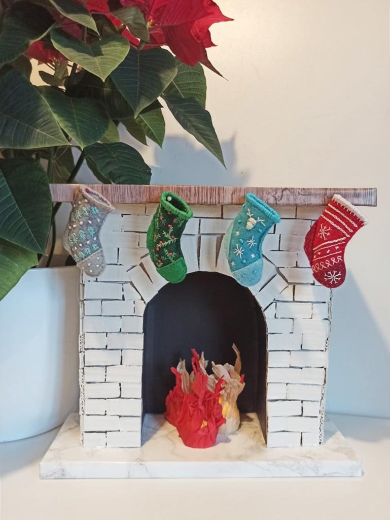 świąteczny kominek z kartonu 2