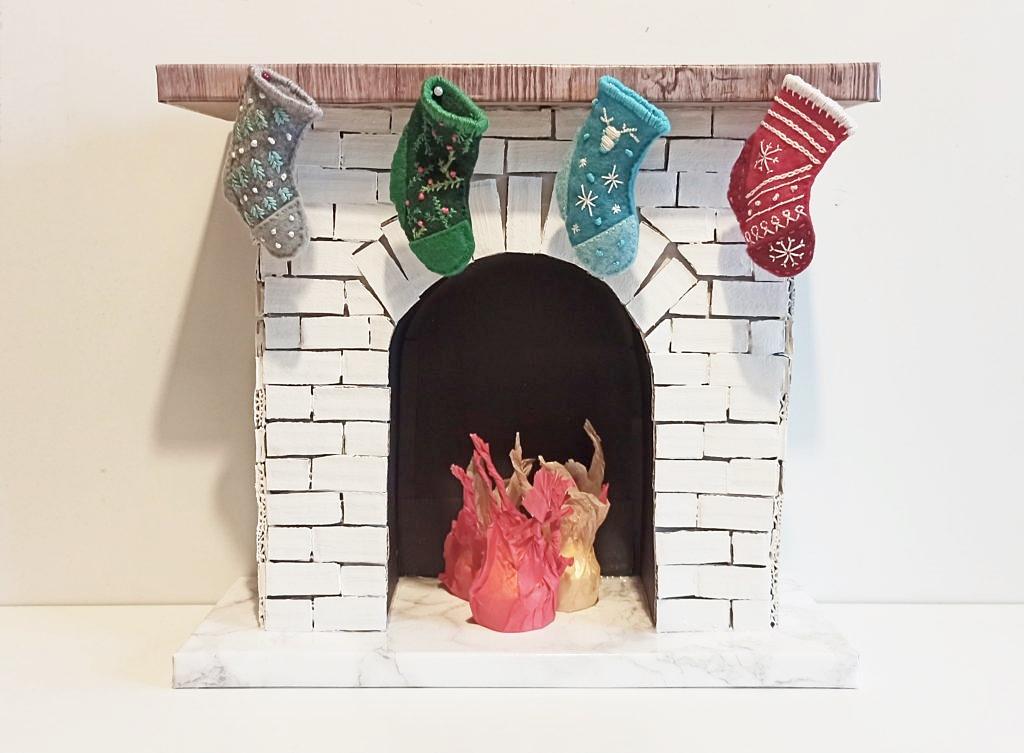 świąteczny kominek z kartonu 1